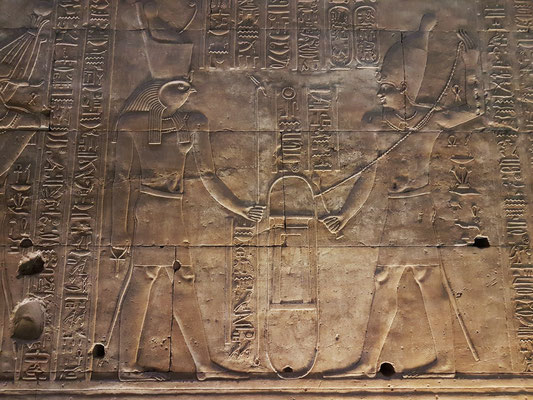 5 Tempelgründungszeremonie - Der König stellt den Sockel des Heiligtums auf.