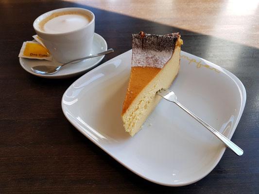 Meine Kuchenauswahl: Sanddorn-Quarktorte (mit Cappuccino)