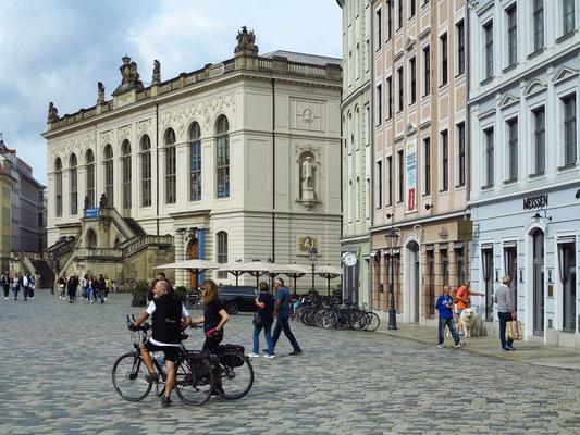 Neumarkt. Links das Johanneum, ein nach König Johann von Sachsen benanntes Renaissancegebäude von 1586. Es diente als Stallgebäude (Marstall) ursprünglich der Unterbringung der kurfürstlichen Pferde und Kutschen.