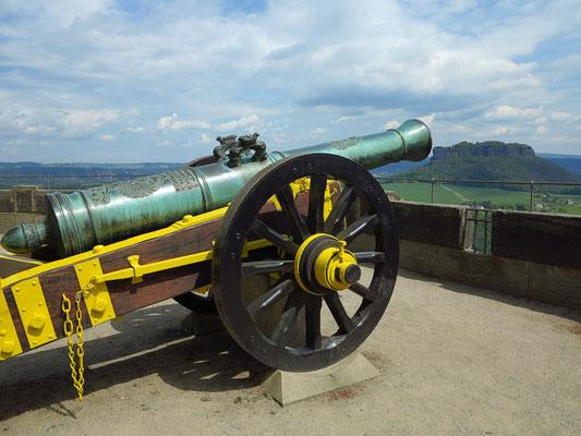 Auf der Festungsmauer von Königstein, gegenüber Lilienstein