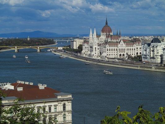 Blick vom Burgpalast auf die Donau mit dem Parlamentsgebäude