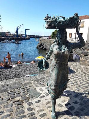 Julio Nieto, 2008: Skulptur der Fischverkäuferin an der Playa del Muelle von Puerto de la Cruz