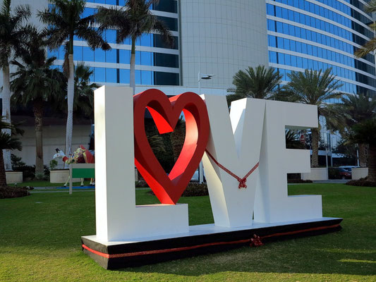 Jumeirah Beach Hotel, Skulptur vor dem Hoteleingang