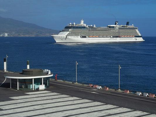 """Kreuzfahrtschiff """"Celebrity Eclipse"""" beim Auslaufen aus dem Hafen von Ponta Delgada"""