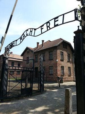 """Der Eingang mit dem zynischen Schriftzug """"Arbeit macht frei"""". Der polnische Häftling Jan Liwacz schmiedete aus Protest das B unbemerkt verkehrt herum."""