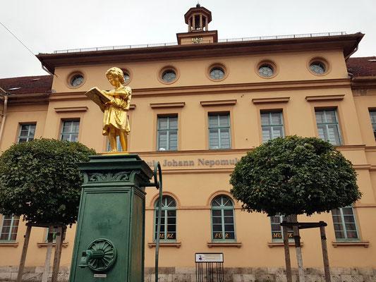 """Musikschule """"Johann Nepomuk Hummel"""" mit Bürgerschulbrunnen, eröffnet 1825 anlässlich des 50-jährigen Regierungsjubiläums des Großherzogs Carl August von Sachsen-Weimar-Eisenach"""