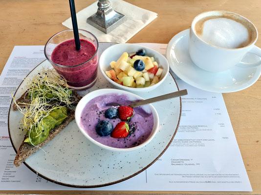 Frühstück im Restaurant MAX. Fitness Frühstück: Blaubeerquark mit Chia, Obstsalat, Guacamole auf Dinkelbrot, hausgemachter Smoothie
