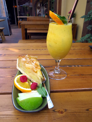 Im Vegan House:  Apfelkuchen und Mango-Smoothie