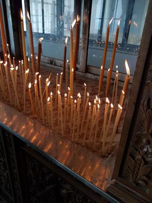 Opferkerzen im St.-Andreas-Kloster