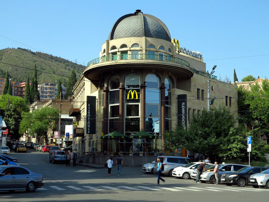 Fast-Food-Restaurant McDonald's in der Nähe der Rustaveli-Metrostation