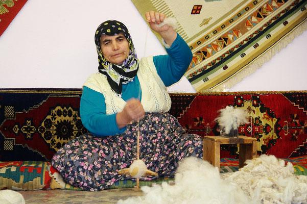 Spinnen von Wolle für die Teppichproduktion