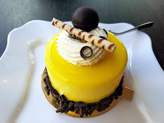Bananencreme-Törtchen zum Nachmittagskaffee (neue Konditorei in der Straße Monte Cassino, neben Hotel Ottaviano)