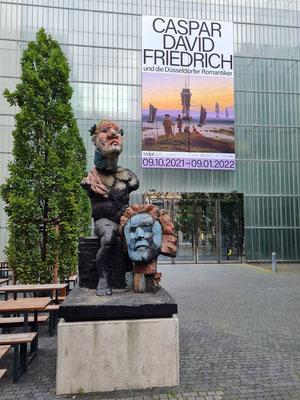 """Plakat für die Kunstausstellung Caspar David Friedrich und die Düsseldorfer Romantiker, links vorne Skulptur """"Beethoven"""" von Markus Lüpertz"""
