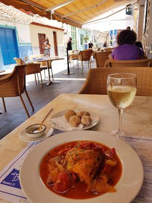 Fischrestaurant El Bajío, Bacalao (Klippfisch) mit Gemüse, Papas Arrugadas und Weißwein