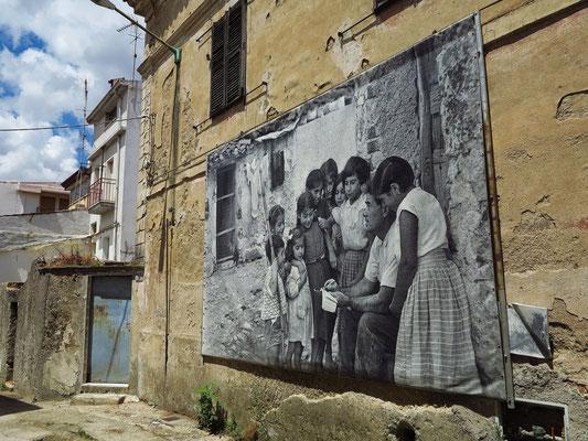 Alte Fotografien erinnern an den Künstler Constantino Nivola in den 50er Jahren des 20. Jahrhunderts.