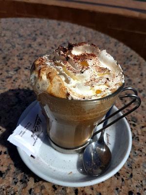 Cappuccino in der Cafetería El Time