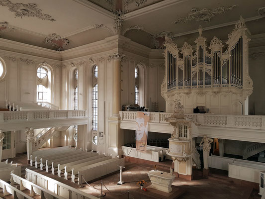 """Innenraum der Ludwigskirche, wiedereröffnet nach Restaurierungsarbeiten 2017. Hauptstück einer """"Place-Royal""""-Architektur, 1762-75 von Friedrich Joachim Stengel errichtet, Typ der protestantischen Predigtkirche"""