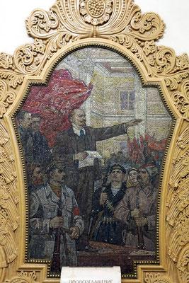 Kievskaja.  Die Mosaiken schmücken die Wände der zentralen Bahnsteighalle an jedem der 18 Pylonen.