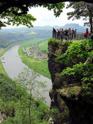 Blick von Bastei/Panoramarestaurant zum Aussichtspunkt und elbaufwärts