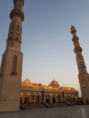 Moschee El Mina Masjid in der Abenddämmerung