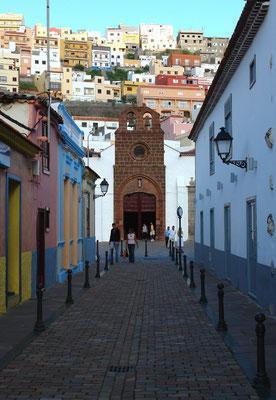 Blick in die Avenida de Colón auf die Iglesia N.S. de la Asunción