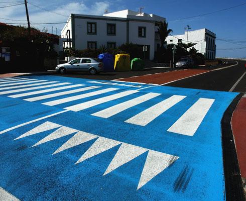 Der farblich deutlich sichtbare erhöhte Fußgängerüberweg dient zur Disziplinierung von Rasern.