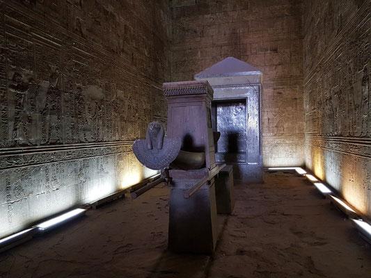 Allerheiligstes, Sanktuar mit Barkenstation - Die heilige Barke von Horus aus Zedernholz (Kopie)