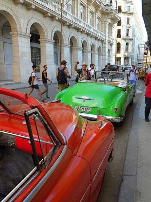 Taxi-Oldtimer aus den 1950er Jahren warten auf Touristen für die Stadtrundfahrt