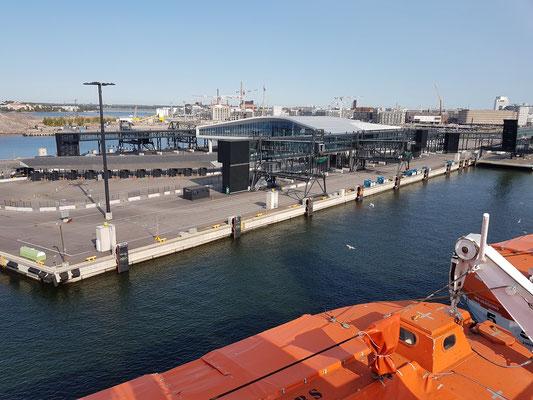 Einfahrt in den Westhafen mit modernem Passagierterminal