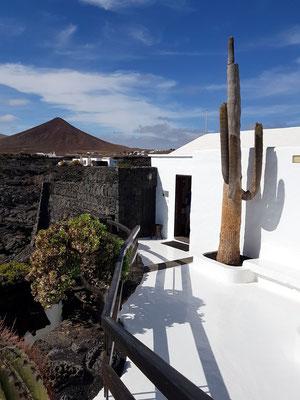 Verbindungsweg zwischen Wohnzimmer und Umwelträume mit eindrucksvollem Anblick der erstarrten Lava aus dem 18. Jahrhundert