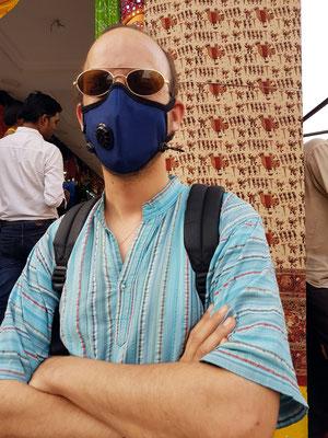 Robert mit Cambridge-Gasmaske, ein immer wiederkehrendes Leitmotiv in indischen Städten