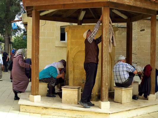 Waschung in einer Brunnenanlage vor der Lala-Mustafa-Pascha-Moschee