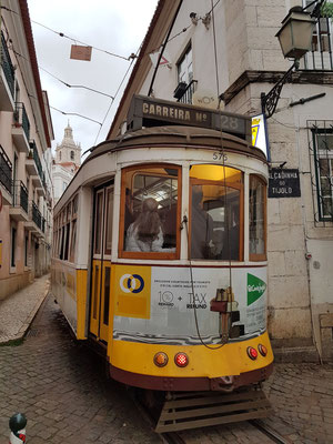 Tram 28 in der Alfama von Lissabon