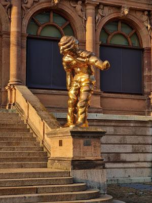"""Am Eingang verneigt sich die von dem Düsseldorfer Künstler Thomas Schütte 2004 geschaffene 2,5 m hohe Bronze-Skulptur """"Großer Geist"""" Nr. 4 vor dem Besucher und vor der ausgestellten Kunst."""