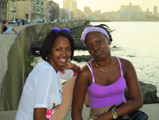 Kubanerinnen auf dem Malecón
