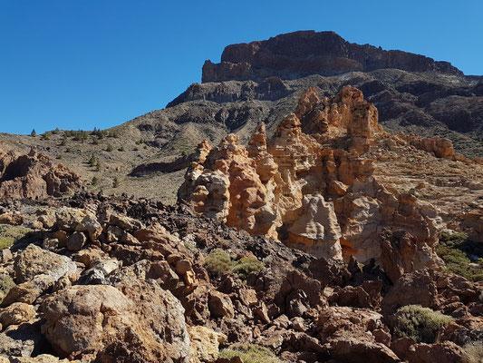 Ockerfarbene Felsen vor der Montaña de Guajara, 2 717 m
