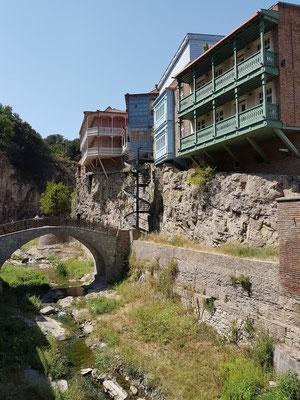 Weg zum Leghvtakhevi Wasserfall, typische Holzbalkone von Alt-Tiflis
