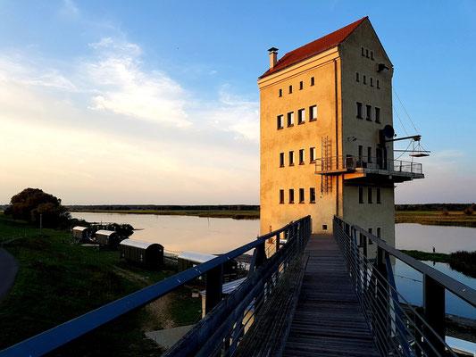 """Historischer Verladeturm im Denkmalensemble """"Kulturhafen Groß Neuendorf"""" bei Sonnenuntergang"""