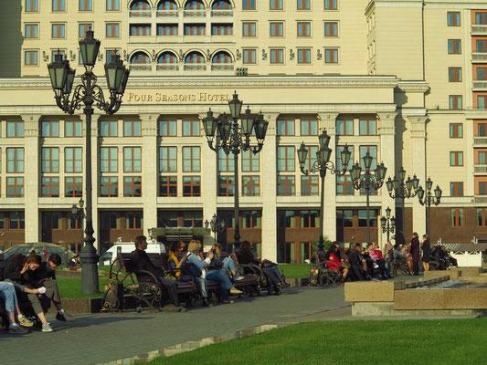 Blick zum Hotel Vier Jahreszeiten