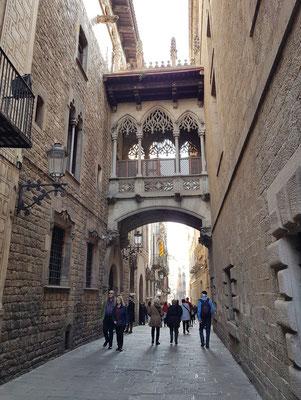 """Neugotische """"Seufzerbrücke"""" in der Barri Gòtic, in der Carrer del Bisbe, verbindet die beiden Gebäude Palau de la Generalitat und Casa dels Canonges"""