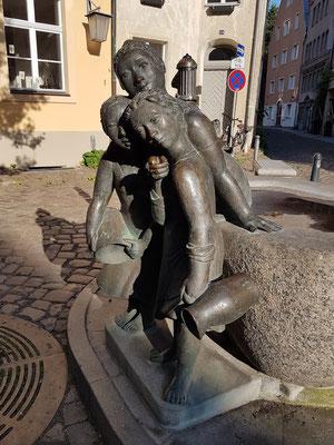 """""""Die geschwätzigen Weiber"""", Mägdebrunnen in der Fährstraße, Ecke Schillstraße"""