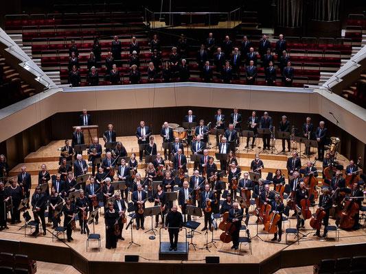 Applaus für den Chefdirigenten Dennis Russel Davies, das MDR-Sinfonieorchester und den MDR-Rundfunkchor