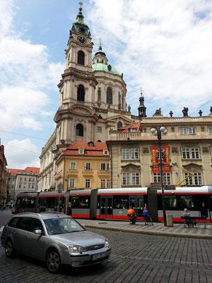 Malostranské námesti, Blick auf die St.-Nikolaus-Kirche, die zu den bedeutendsten Kirchenbauten des Barock zählt