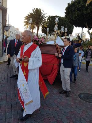 Der Pfarrer von Ingenio führt die Prozession an.