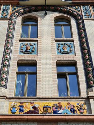 Detailansicht der Fassade mit Majolikareliefs