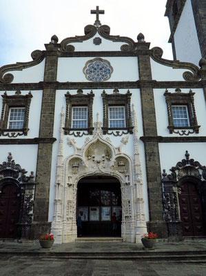 Igreja Matriz de São Sebastião, erbaut zwischen 1533 und 1547, Hauptportal im manuelinischen Stil