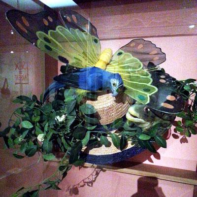 """""""Poly-Hut"""" mit Papagei. Der Papagei ist eines der Symbole der Polyamory-Bewegung, für die Buntheit und Vielfalt polyamoröser Beziehungen"""