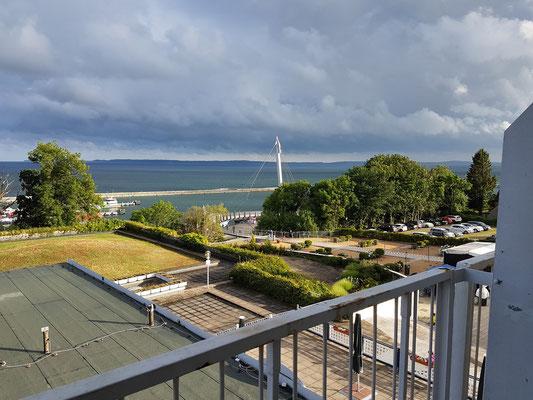 Sassnitz. Rügen-Hotel (Raulff), Blick aus meinem Zimmer 258 zum Hafen und zur Fußgängerhängebrücke von 2007
