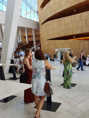 Im Foyer vor der Aufführung von Tosca