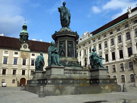 Hofburg.  Amalienburg (links), Reichskanzleitrakt (rechts) und Denkmal Kaiser Franz I, dargestellt als römischer Caesar